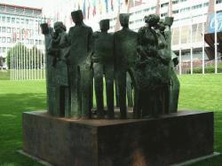 Denkmal für die Menschenrechte vor dem Europapalast (Quelle: EPei)