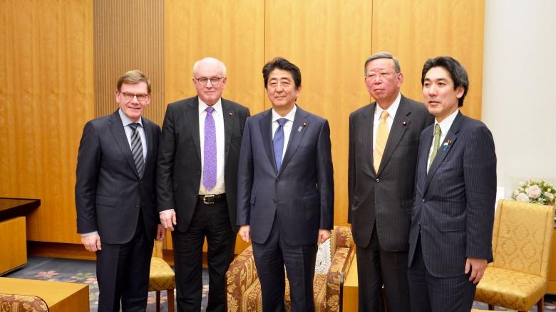 von links: Johann David Wadephul; Volker Kauder; Premierminister Shinzo Abe; Jiro Kawasaki, Minoru Kiuchi