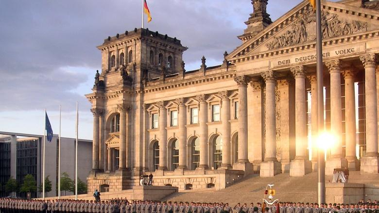 Feierliches Gelöbnis vor dem Reichstag