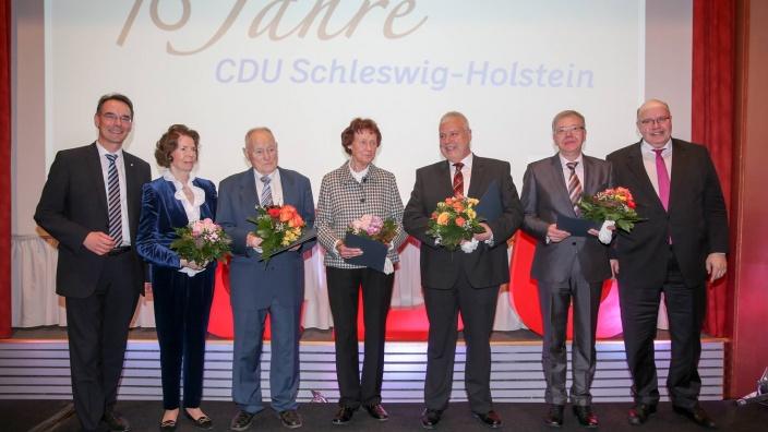Der CDU-Landesvorsitzende Ingbert Liebing, MdB (links), Margot Stoltenberg (2.v.l.) und Kanzleramtsminister Peter Altmeier (rechts) mit den Geehrten, unter ihnen Karl-Arthur Jäger-Volk (3.v.l.).