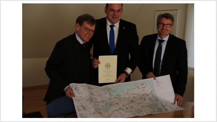 Johann Wadephul mit dem BZV-Vorsteher Jens Krabbenhöft und Amtsdirektor Andreas Betz (v.l.)